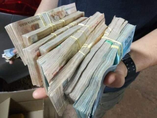 Dinheiro apreendido pela PF com policial militar, em abril do ano passado (Foto: Divulgação)