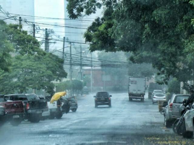 Sexta-feira teve pancadas de chuva isoladas em Campo Grande, cenário que deve se repetir até o 1º de janeiro de acordo com o Inmet. (Foto: Henrique Kawaminami)