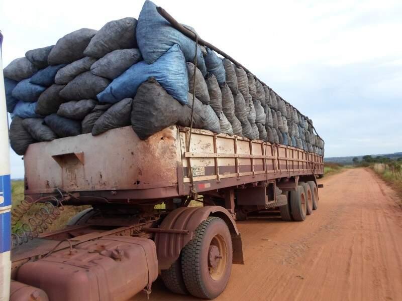 Carreta carregada de carvão ilegal. (Foto: Divulgação PMA)