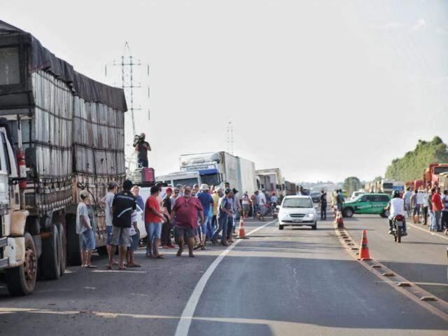 Cerca de 30 caminhões ocupavam acostamento no anel viário