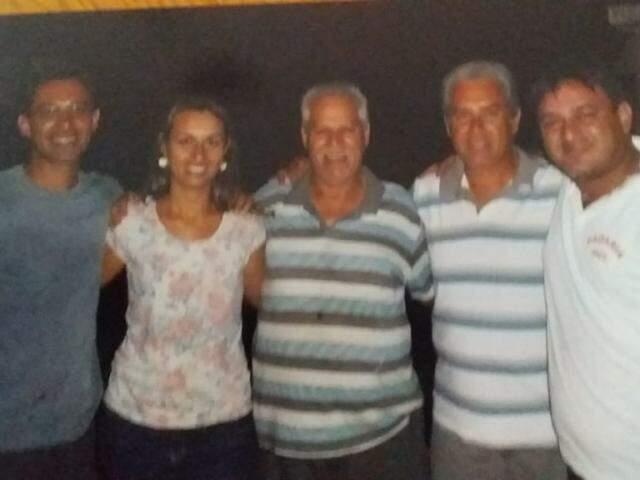 Família Baptista; José ao centro da imagem abraçando seus filhos (Foto: Arquivo pessoal)