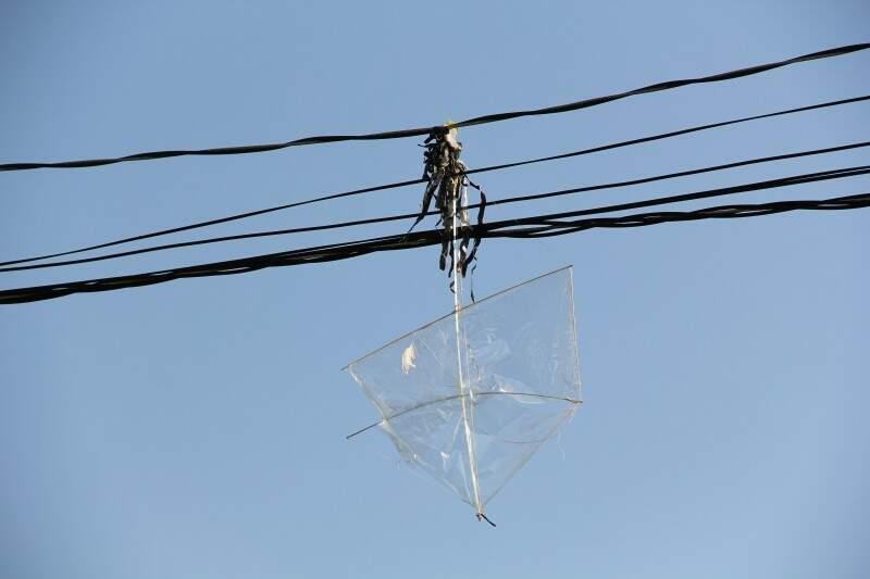 Pipa deixada na rede pode provocar acidentes.  (Foto: Marcos Ermínio)