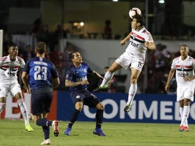 Tentativa de gol, sem sucesso, durante a partida desta noite. (Foto:  Rubens Chiri / saopaulofc.net )