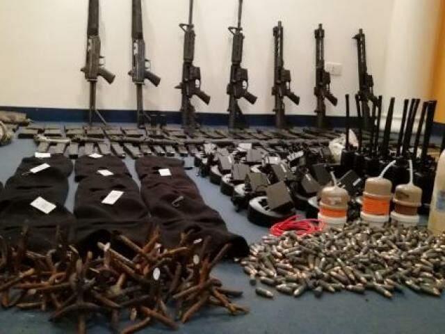 Armamento de guerra encontrado com quadrilha do Comando Vermelho que planejava resgate (Foto: Divulgação)