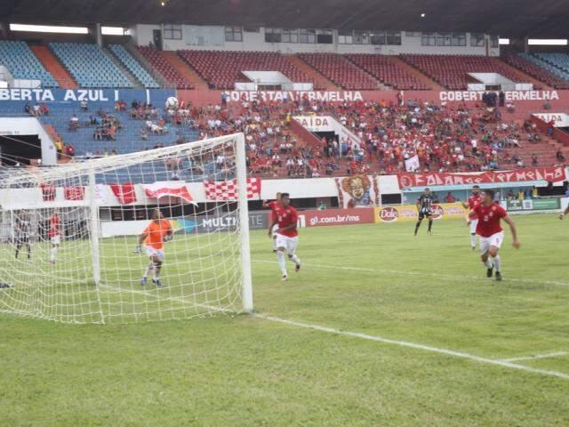 Jogadores do Comercial próximo ao gol durante lance da partida desta tarde (Foto: Paulo Francis)