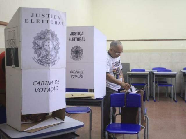Votação na Escola Municipal Plínio Mendes (Foto: Marina Pacheco)