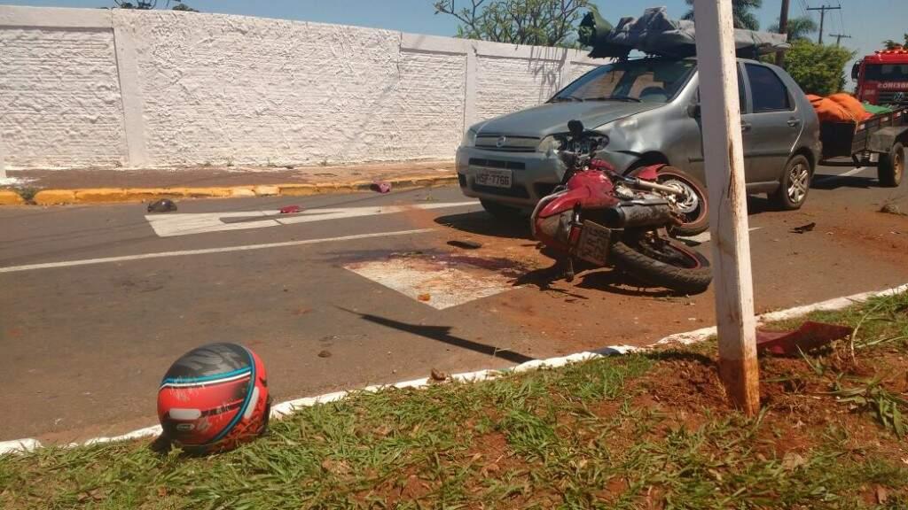 Após batida em caminhão moto ainda atingiu um Palio (Foto: Geisy Garnes)