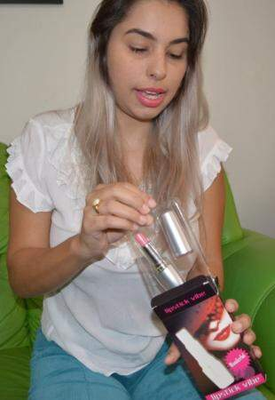 Ana mostra um dos produtos, um vibrador em formato de batom ideal para quem quer discrição. (Foto: Eduardo Fregatto)