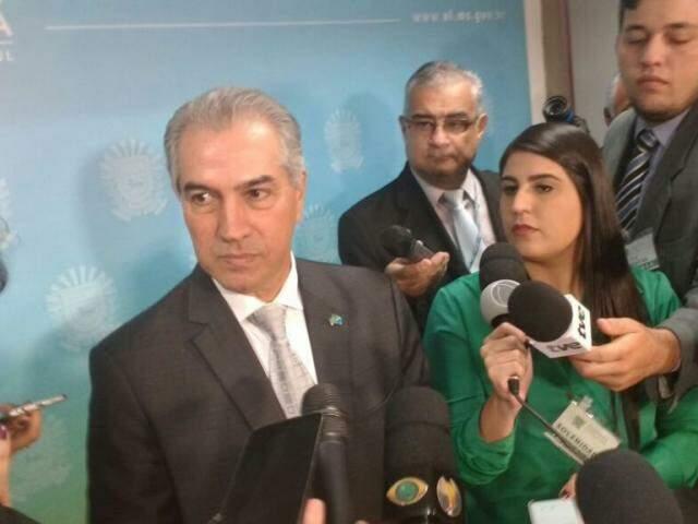 Governador Reinaldo Azambuja concedeu entrevista, durante solenidade na Assembleia (Foto: Leonardo Rocha)