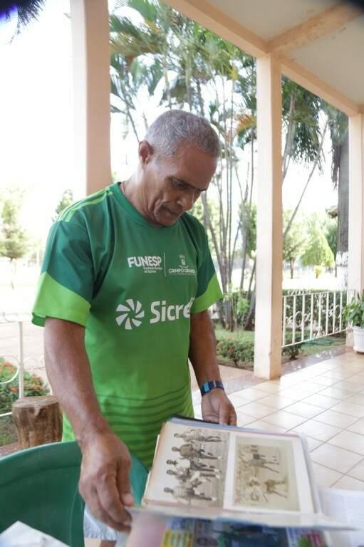 Aos 75 anos, Copeu guarda na memória e no seu álbum os bons momentos da carreira de jogador (Foto: Antônio Fernandes)