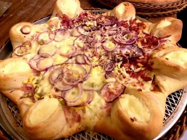 Pizza com borda de pãozinho recheada é carro chefe de encomendas de Felipe.