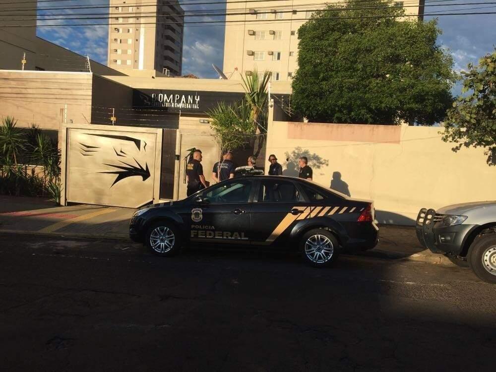 Policiais vasculhando a Company Consultoria Empresarial (Foto: Guilherme Henri)