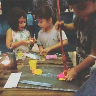 Os filhos pintando num encontro de amigos