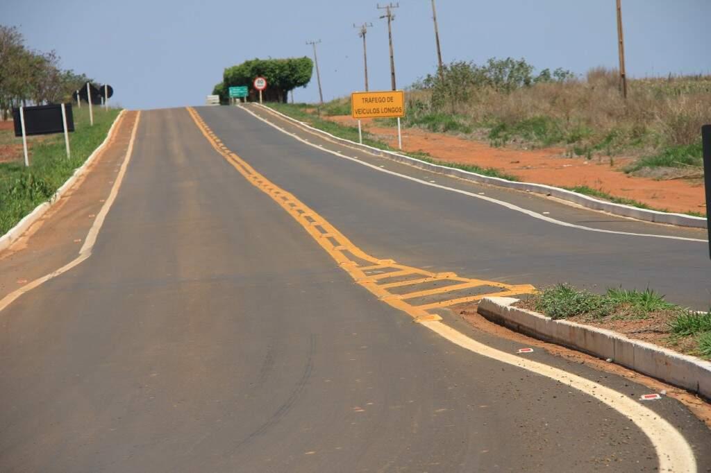 Obras no trecho da MS-245, próximo da usina ao trevo da BR-060 melhora as condições da via em Chapadão do Sul (Foto: Edemir Rodrigues)