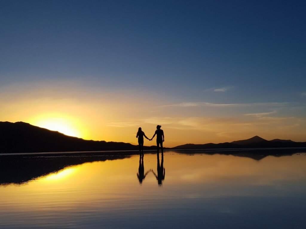 Juliano e a namora Rayssa no espelho d'água no Salar do Uyuni. (Foto: Juliano Pinheiro)