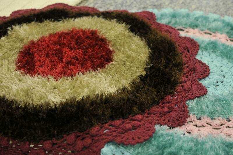 Alguns dos tapetes feitos pelo mestre do crochê. (Foto: Alcides Neto)