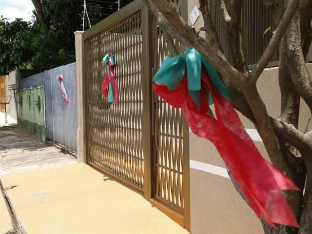 Cada vizinho ganhou um laço com as cores do Natal, o que pode simbolizar muito bem o que Judite busca.