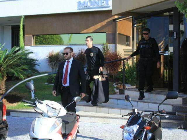 Na Capital, policiais deixam edifício Monet com malotes de documentos (Foto: Marina Pacheco)
