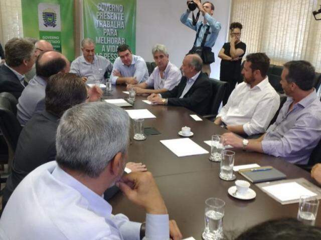Reunião entre o governador Reinaldo Azambuja, Sinpetro, representantes das distribuidoras, Procon e OAB (Foto: Leonardo Rocha)
