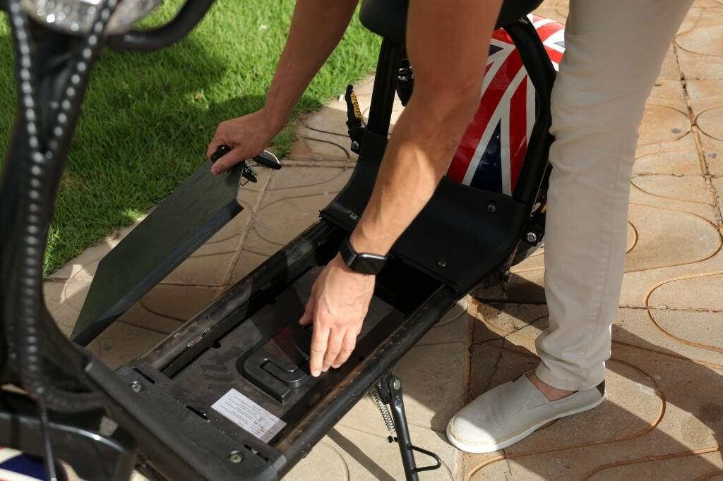 A bateria do patinete pode ser carregada em tomada comum (Foto: Paulo Francis)