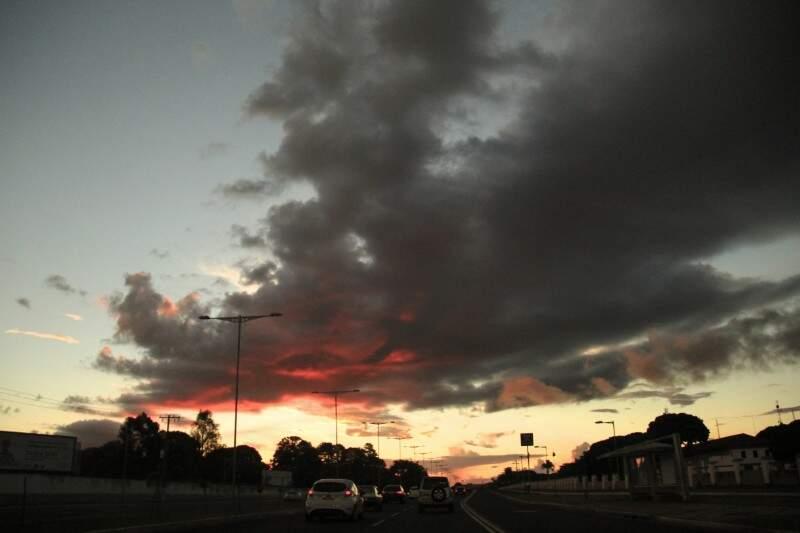 Em Campo Grande, o dia amanheceu com frio e com mínima de 9ºC e máxima chega a 26ºC. (Foto: Marcos Ermínio)
