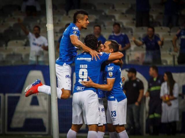 Jogadores comemorando a vitória no Mineirão. (Foto: Vinnicius Silva/Reprodução/CruzeiroFC)