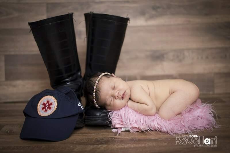 Desde o ensaio newborn, feito com 15 dias de nascida, Maísa já posou ao lado da bota e do boné do Samu. (Foto: Newborn Revellari)
