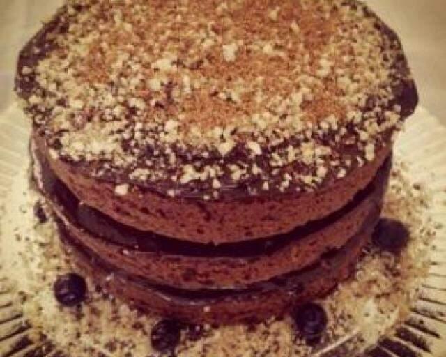 Naked Cake funcional, com massa de cacau belga e noz pecã.