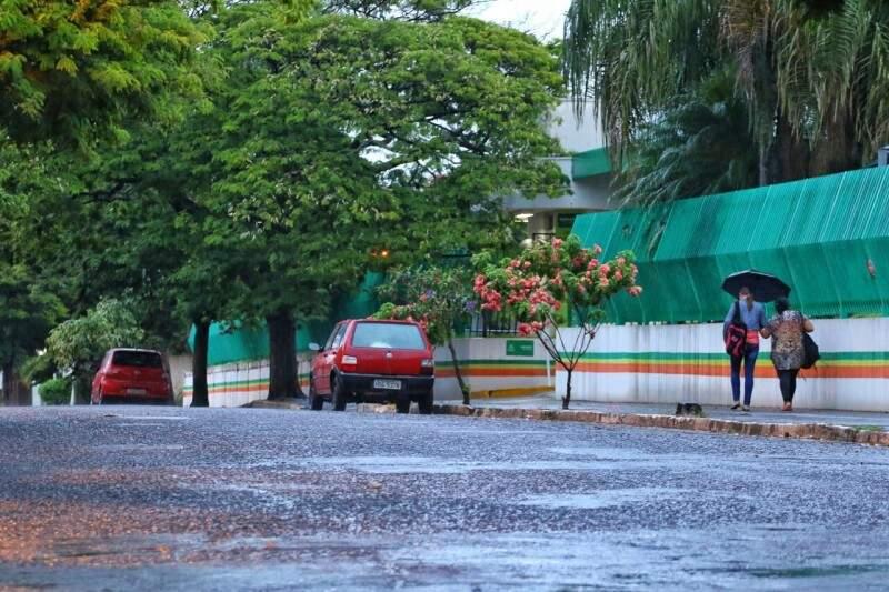 Quinta-feira amanhece chovendo em Campo Grande. (Foto: André Bittar)