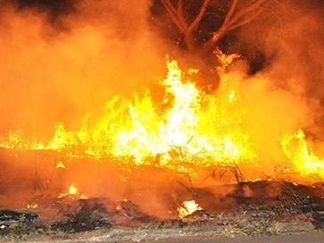Incêndio em uma área grande de Corumbá. As chamas se alastraram o fogo se tornou de grande proporção. (Foto: Anderson Gallo/Diário Corumbaense)