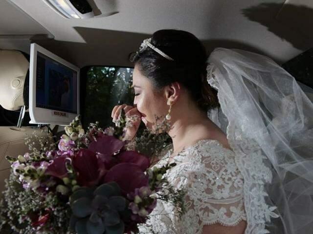 Noiva acompanha de dentro do carro todos os passos da cerimônia, antes mesmo dela entrar na igreja.