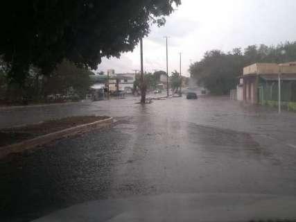 Temporal faz rios transbordarem e água fecha cruzamentos da Capital