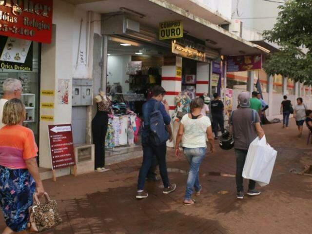Lojas do centro funcionam regularmente durante sábado e domingo. (Foto: Paulo Francis)
