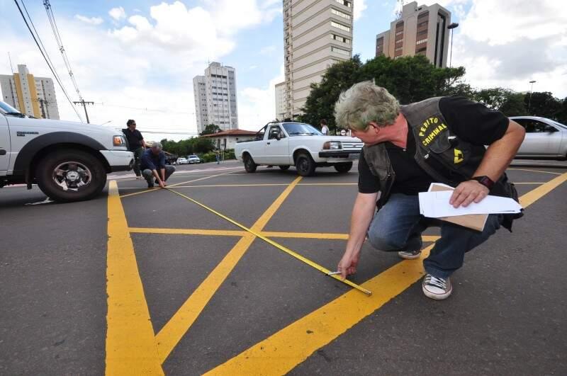 Perícia foi feita na Afonso Pena em meio ao trânsito dos veículos no meio da tarde. (Foto: Luciano Muta)
