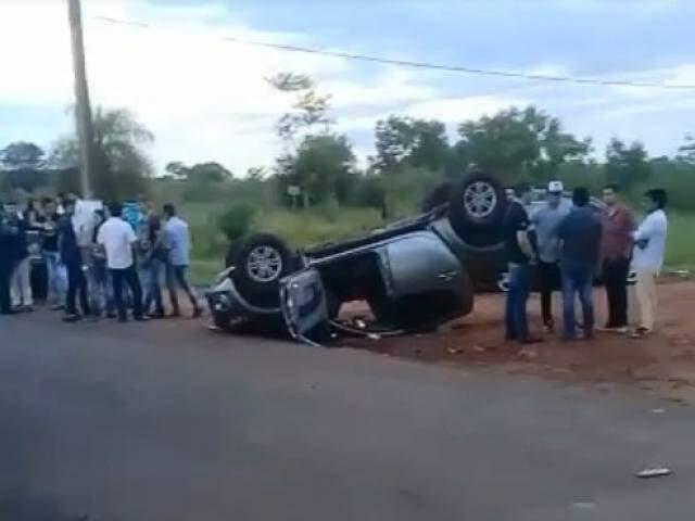 Testemunhas no entorno da camionete logo após o acidente. (Foto: CapitanBado)