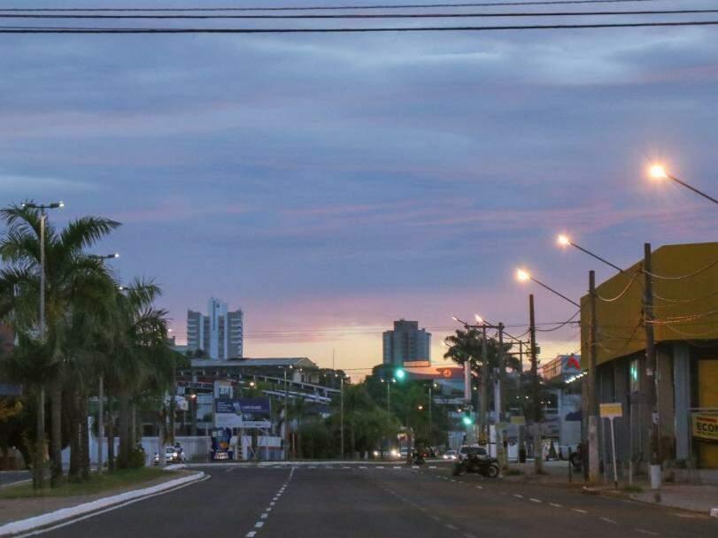 Imagem dia amanhecendo na Avenida Fernando Corrêa da Costa, na capital sul-mato-grossense  (Foto: Henrique Kawaminami)