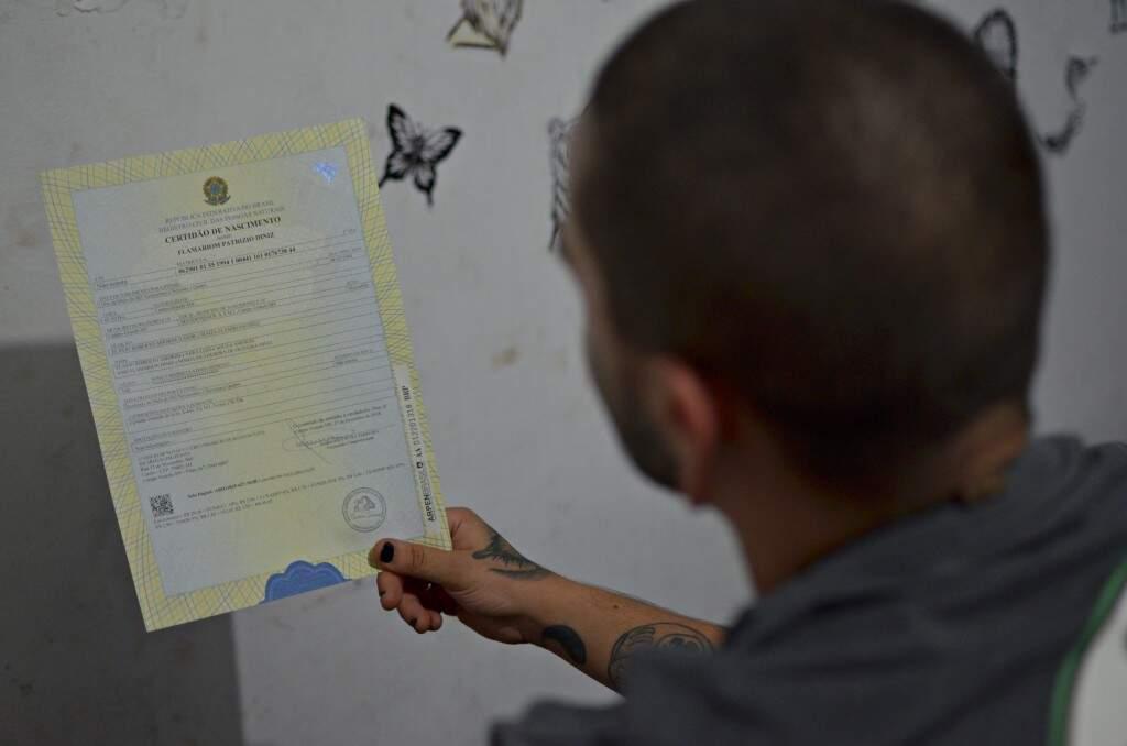 Flamariom exibe a nova Certidão de Nascimento. (Foto: Gustavo Maia)