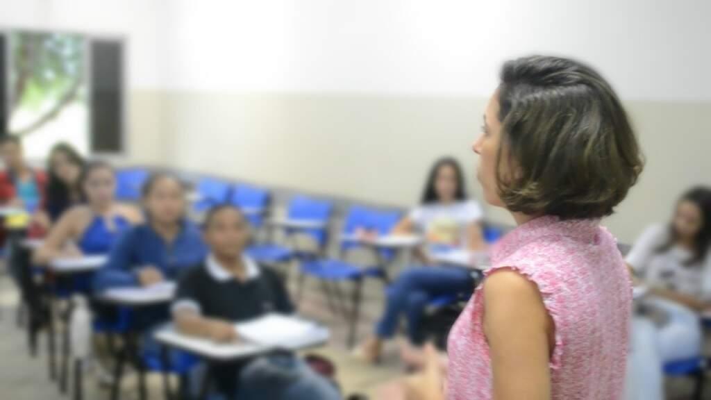 A professora Juliana Alves ensinando os alunos da UFMS de Aquidauna (Foto: Divulgação)