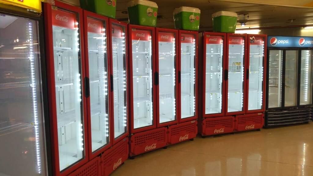 Freezers vazios neste sábado (Foto: Clayton Neves)