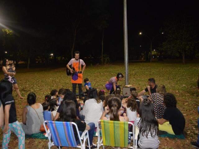 As famílias assistindo a contação de histórias (Foto: Alana Portela)