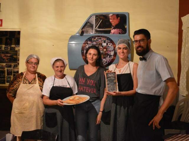 A família reunida. A tia que ajuda na cozinha, Rose, Rúbia, Juliana e Rafael. (Foto: Thaís Pimenta)