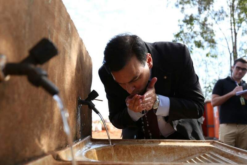 Durante vista a área de transição do lixão, procurador bebeu água da torneira. (Fotos: Marcelo Victor)