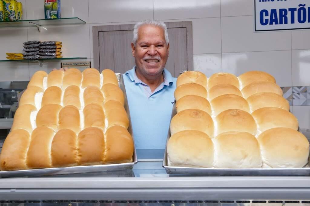 Seu Zé segurando os pães que acabaram de ficar prontos (Foto: Kisie Ainoã)