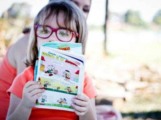A menininha enxerga o mundo por trás dos óculos desde 1 ano de idade e talvez seja pelo vermelho ou roxo da armação que ela veja cor em tudo. (Fotos: Arquivo Pessoal)