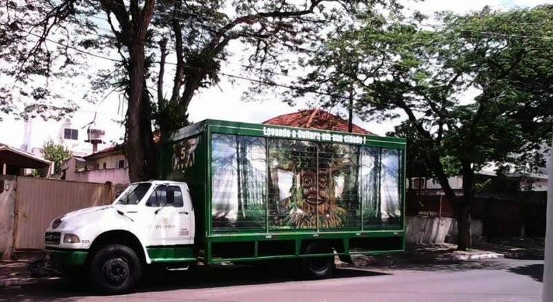 Árvore fica dentro de um caminhão e surpreende crianças com a abertura da cortina (Foto: Fátima News)