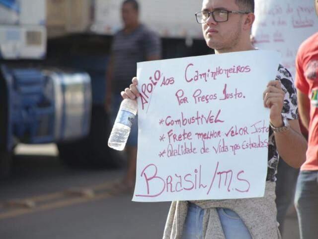 No local do protesto, manifestantes usam cartazes para chamar a atenção dos motoristas. (Fotos: Fernando Antunes)