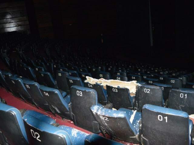 Poltronas do Teatro Municipal atingidas por pedaço do forro de gesso (Foto: André Bento/Dourados News)