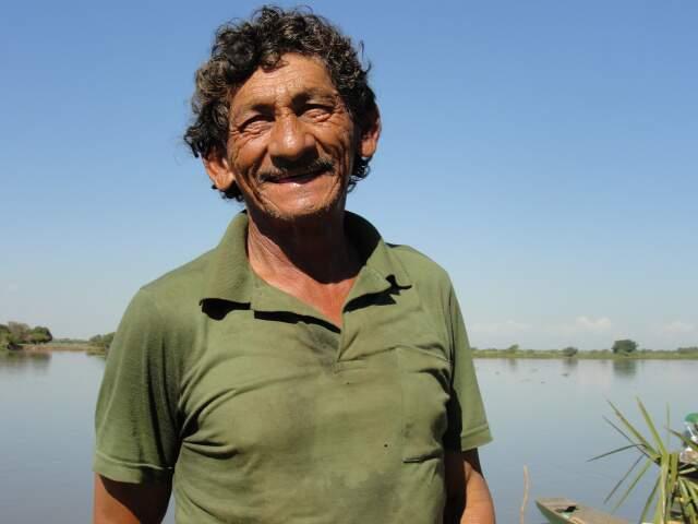 Histórias de pescador que se confundem com a vivência pantaneira. O sorriso de Aluísio, que guarda muitos causos às margens do rio. (Foto: Paula Maciulevicius)