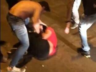 Nas imagens, Jhonny aparece espancando o rapaz. (Foto: reprodução/Facebook)