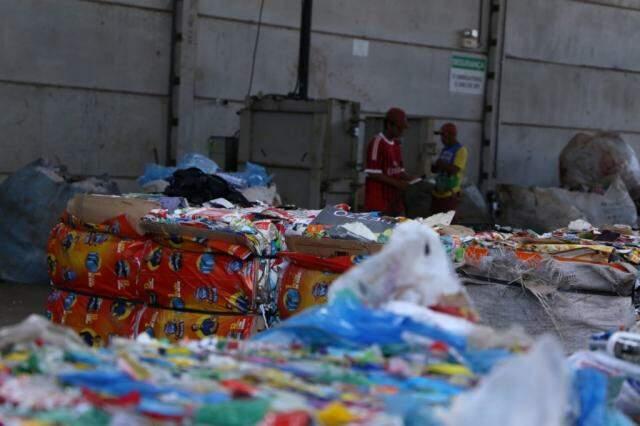 Fardos de plástico e papel na UTR de Campo Grande. (Foto: Kísie Ainoã)